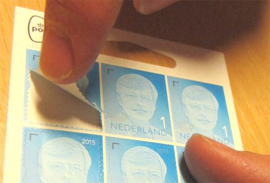 Zelfklevende postzegels zijn gebruikersvriendelijker dan gegomde postzegels